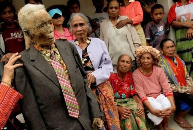 Необычный обряд племени Тораджа в Индонезии
