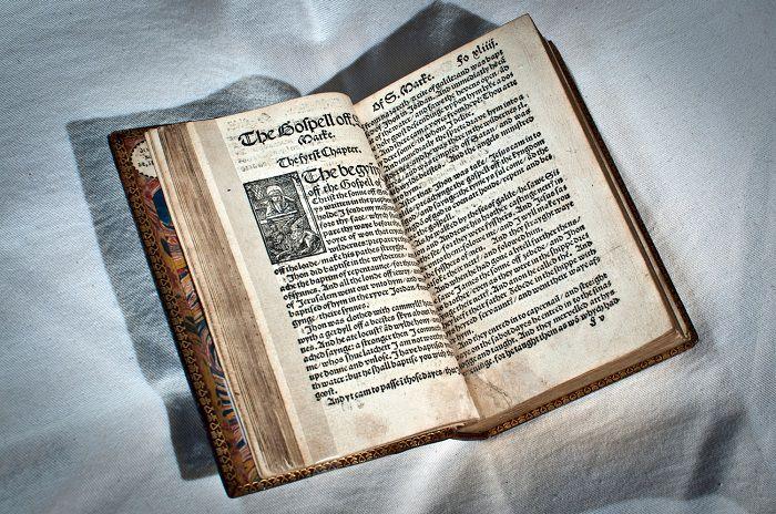 Библия Тиндейла, переведенная с латыни на английский язык.