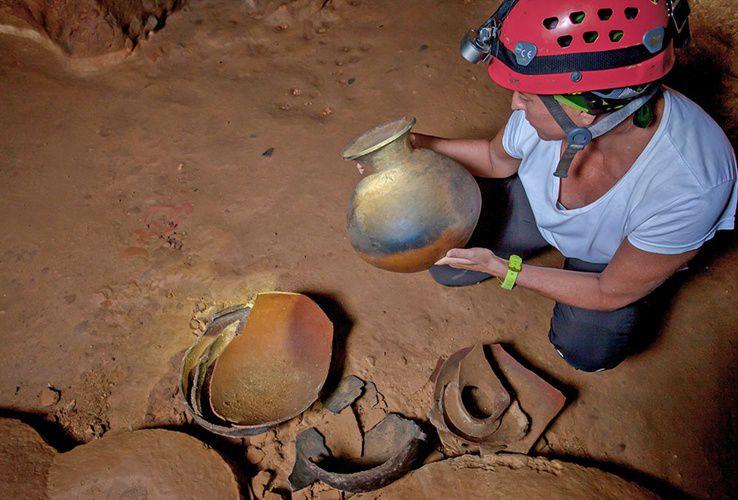 Повсюду разбросаны огромные керамические горшки