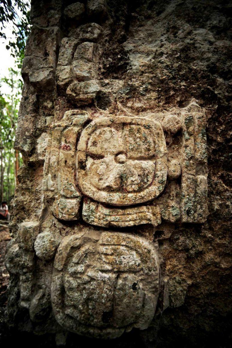 Стена у входа в пещеру украшена резьбой