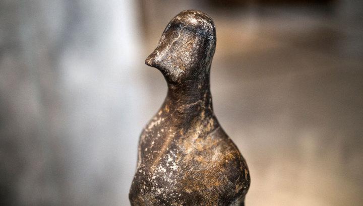 Загадочная неолитическая гранитная фигурка с птичьим клювом