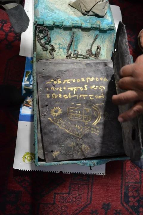 множество пергаментов с христианской символикой