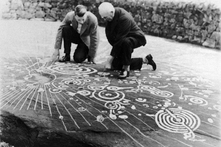 Петроглифы на камне