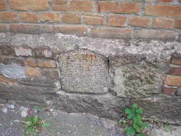 дом из могильных плит