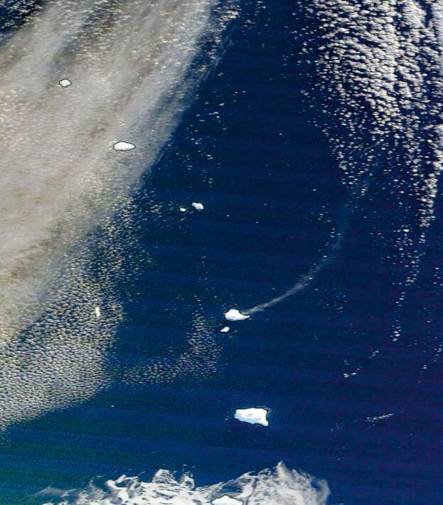 Спутниковое изображение показывает выброс пара вулканом Маунт Майкл