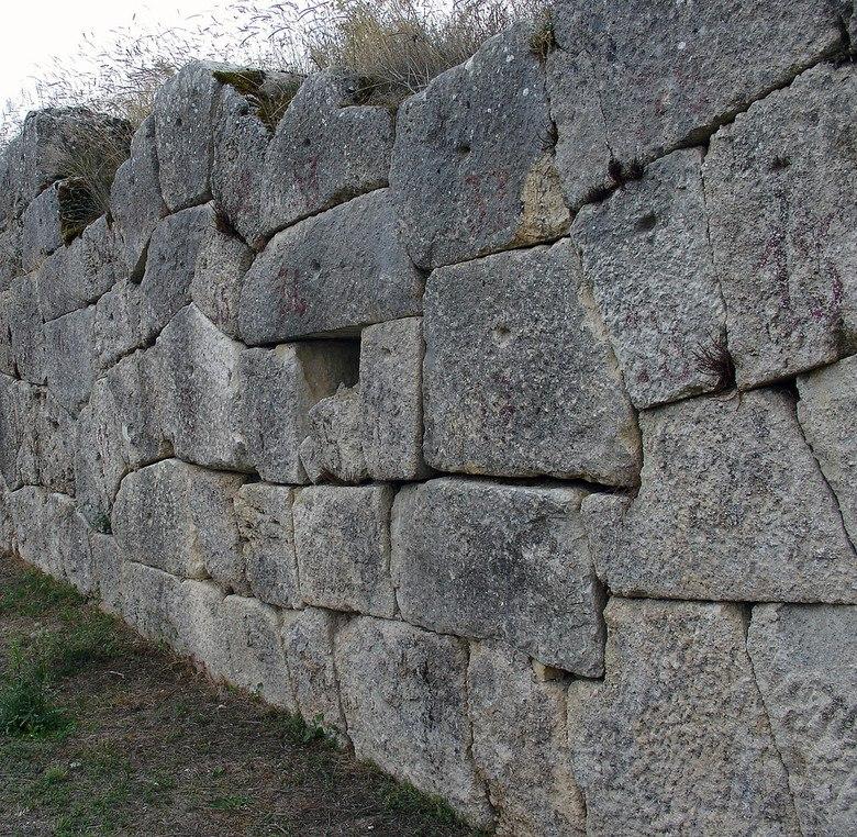 циклопические каменные стены