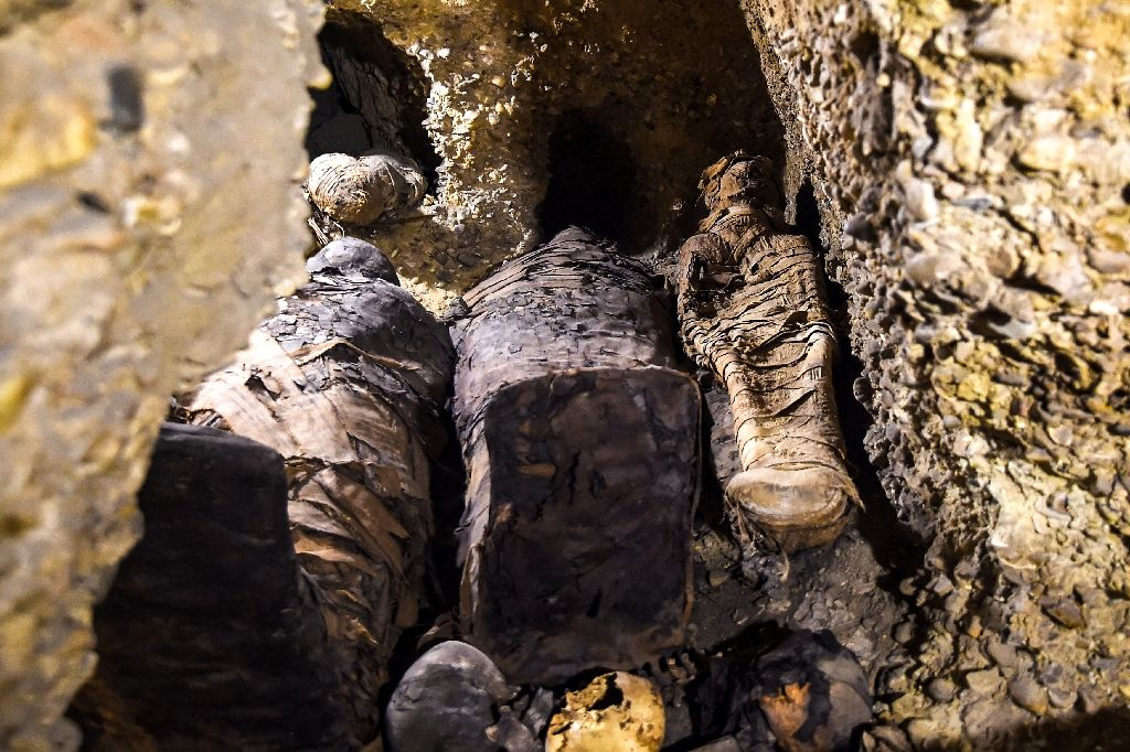 саркофаг с мумиями