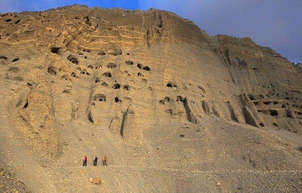 Искусственные пещеры в Гималаях