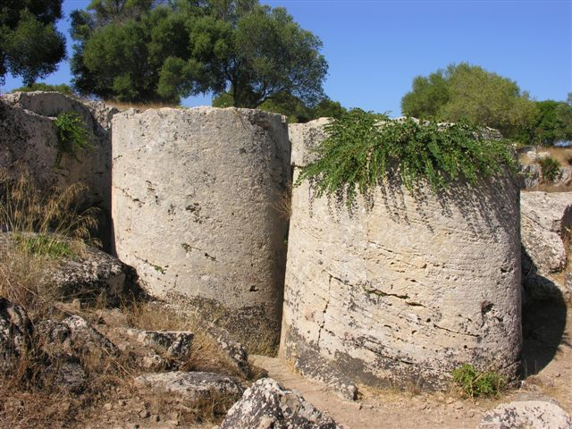 Каменные цилиндры в Кейв Ди Куза