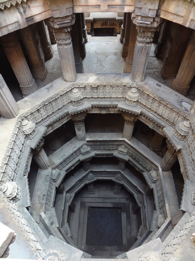 лестницы Индии, уходящие под землю