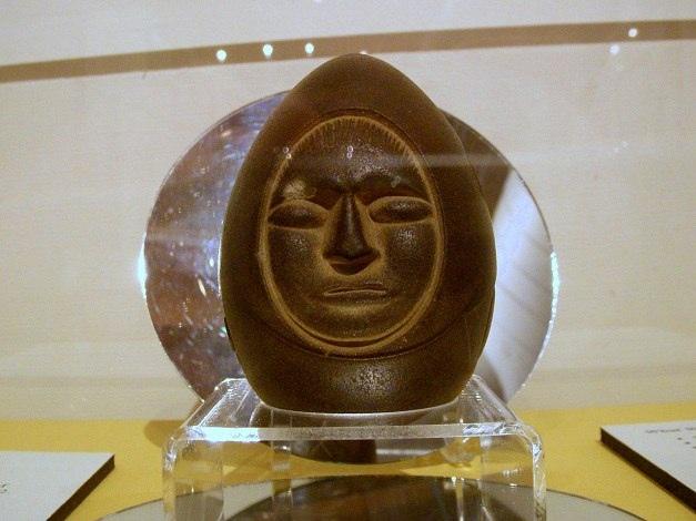 Мередитский камень, который известен еще как камень озера Уиннипесоки, - это загадочный артефакт, который хранится в экспозиции Нью-Гемпширского Исторического Общества. Он похож на большое яйцо, на поверхности которого находятся загадочные изображения.  Этот камень был найден в 1872 году при земляных работах в городке Мередит, на берегу озера Уиннипесоки (Нью-Гемпшир, США). Любопытно, что Меридитский камень - это обработанный кусок кварцита, залежей которого в Нью-Гемпшире нет, так что он был сделан в другом месте.  Первым владельцем камня стал Сенека Лэдд, предприниматель, под руководством которого трудились рабочие, нашедшие камень. После его смерти артефакт стал собственность его дочери. В 1927 году она подарила находку Историческому Обществу Нью-Гемпшира, где он получил название «Мередитский загадочный камень». Высота камня около 10 см, ширина - 6,4 см. По торцам камня есть цилиндрические отверстия, а на его поверхности изображены лицо человека, круги, вигвам, спираль, точки и початок кукурузы - загадочного злака, который по преданиям подарили индейцам боги с небес.  Время создания этого камня и его предназначение не известны до сих пор.