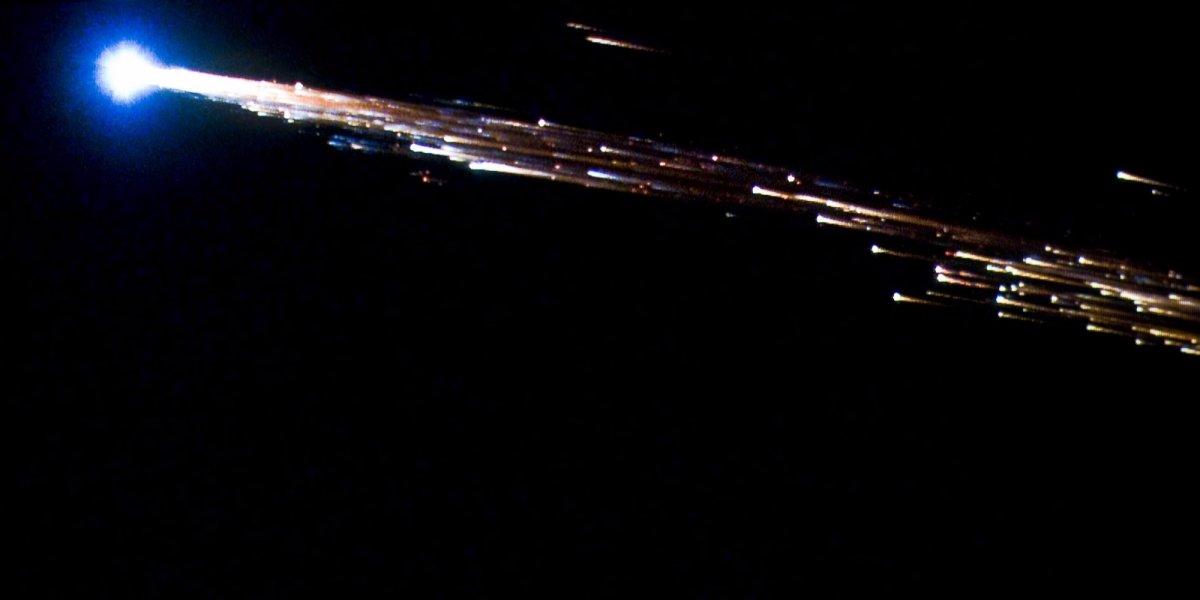 Грузовой корабль «Жюль Верн» Европейского космического агентства разваливается на части при входе в атмосферу. 29 сентября 2008 года