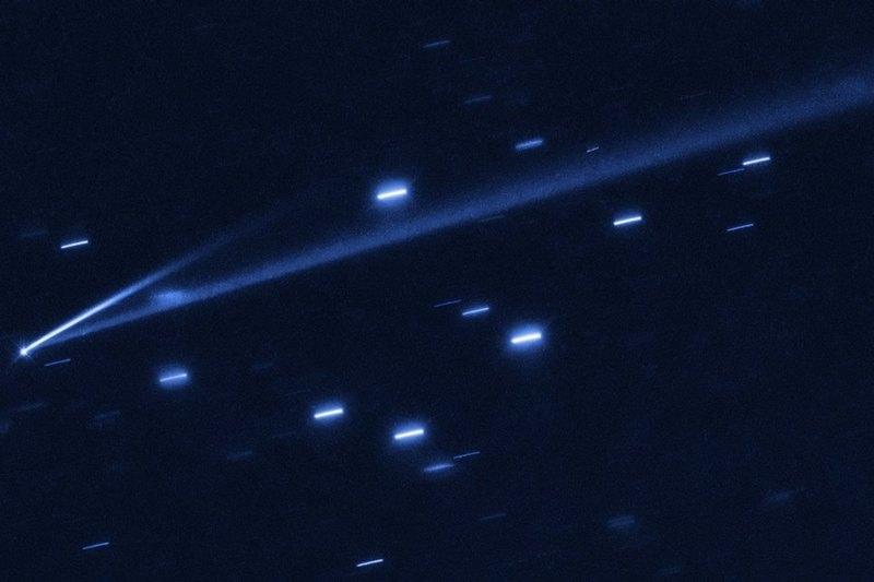 комета с двумя хвостами