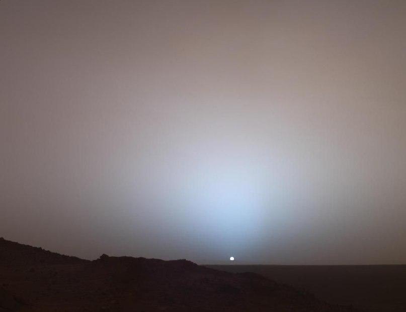 Широкоугольная фотография заката на Марсе, сделанная марсоходом Спирит в 2005. Отметьте голубоватый цвет рядом с Солнцем, и сравните его с красноватым цветом других частей неба.