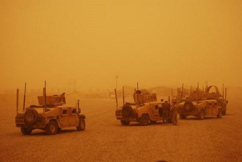 База ВВС США Аль-Такадум в Ираке, также известная, как Air Base TQ, во время песчаного шторма на Земле