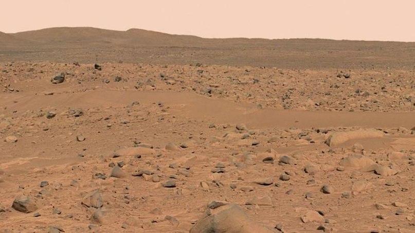 Поверхность Марса ужасно негостеприимна для известных нам форм жизни. Горы вдалеке и небо будут выглядеть по-разному в зависимости от плотности частиц в атмосфере.