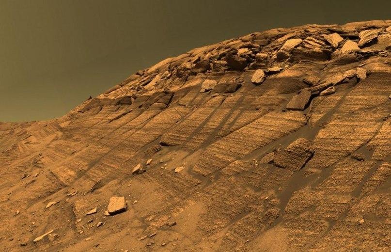 Отличительные черты Марса развились из-за его геологической истории, но цвет атмосферы сильно зависит от того, как, когда и где на неё посмотреть. Он может варьироваться от жёлто-коричневого до красного и голубого, в зависимости от набора факторов.