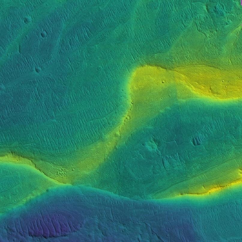 Фотография сохранившегося русла марсианской реки в искусственных цветах, характеризующих топографию рельефа: синий – низменности, желтый – возвышенности.