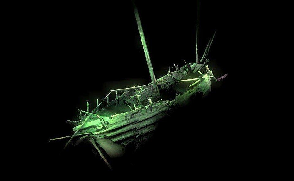 Корабль с мачтами и шлюпкой