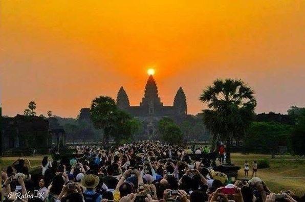 На фото запечатлен Ангкор Ват в день весеннего/осеннего равноденствия. Вот что про это пишет журнал «Science»: