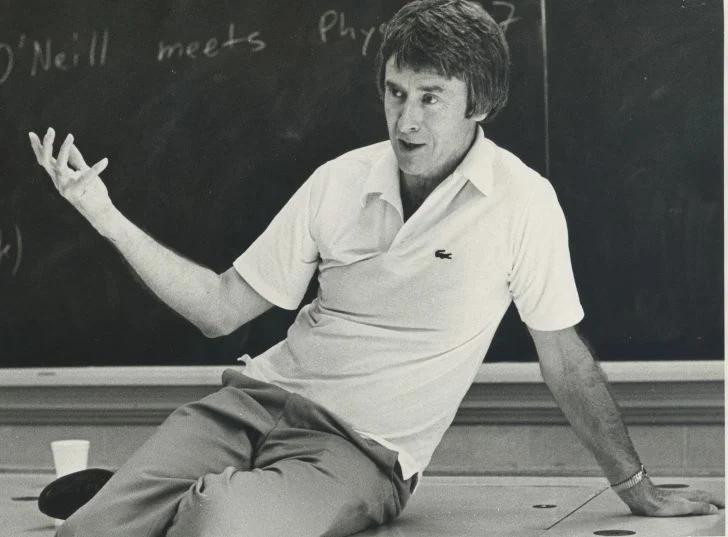Джерард О'Нилл. Американский физик, преподаватель Принстонского университета.
