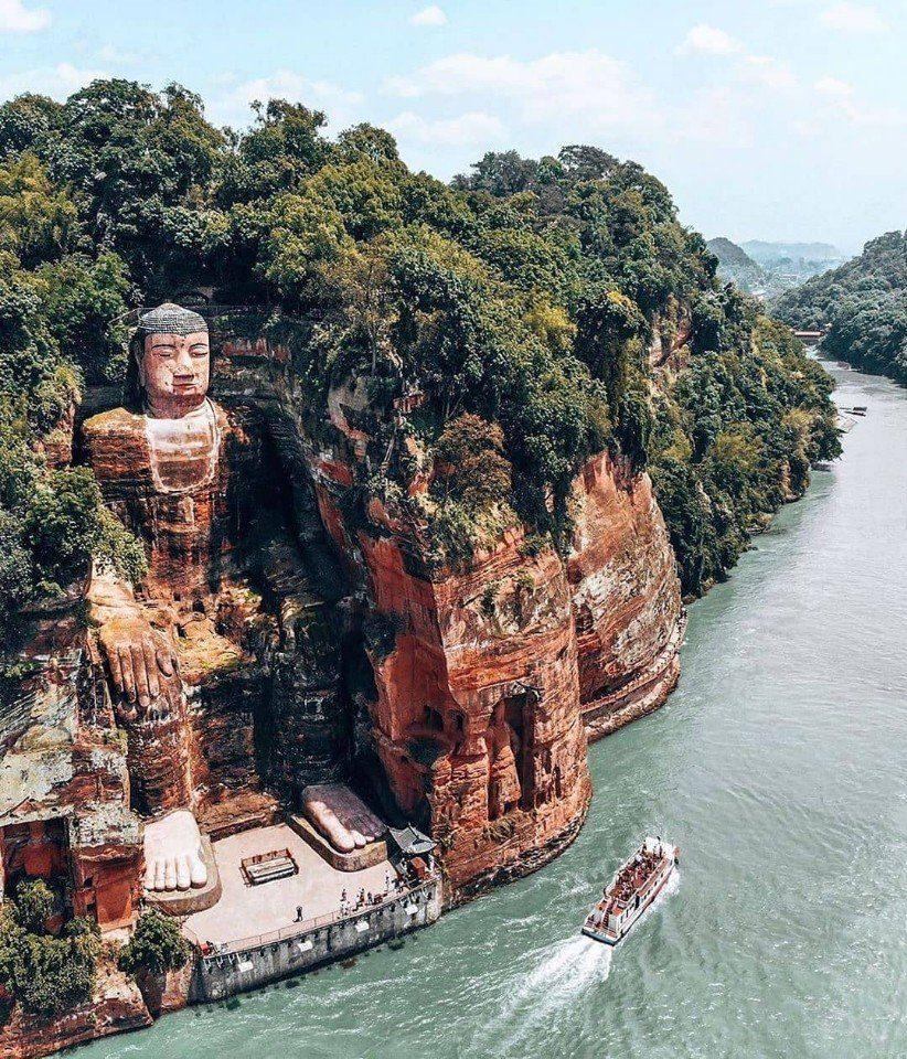 Статуя Будды Майтрейи в Лэшане, Китай.