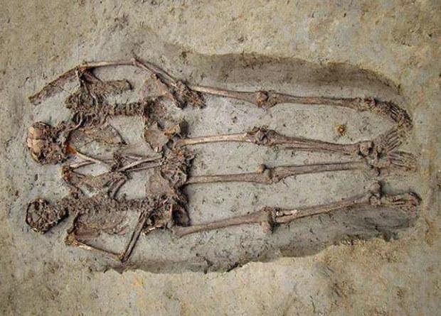 держащиеся за руки скелеты