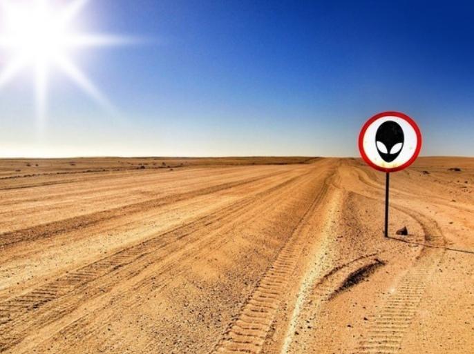 пустыя и дорожный знак НЛО