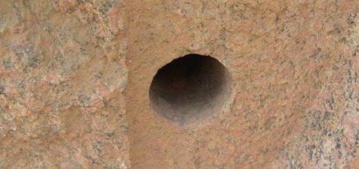 древние отверстия в камне
