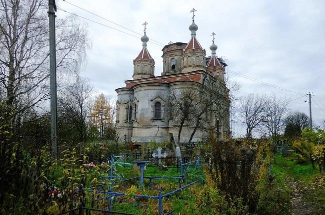 полуразрушенная церковь