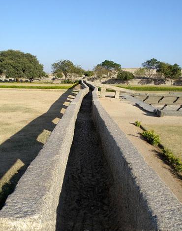 Древний акведук в Хампи