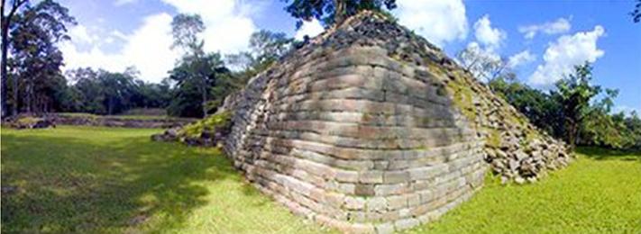 осыпавшиеся пирамиды заброшенного города Лабаантуна в Белизе